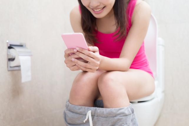 Идете в туалет - оставьте свой смартфон на полке - TwitNow.ru